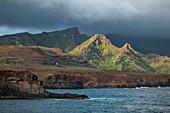 Küste und Berge, Anahehe, Vaipaee Bay, Ua Huka, Marquesas-Inseln, Französisch-Polynesien, Südpazifik