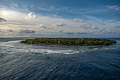 Blick auf Insel Avatoru von Passagierfrachtschiff Aranui 5 (Aranui Cruises) bei Fahrt durch den Tiputa Kanal in die Lagune, Rangiroa Atoll, Tuamotu-Inseln, Französisch-Polynesien, Südpazifik