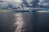 Luftaufnahme von SUP Stand Up Paddler bei Sonnenuntergang mit Insel Moorea in der Ferne, Nuuroa, Tahiti, Windward Islands, Französisch-Polynesien, Südpazifik
