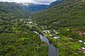 Luftaufnahme von Fluss und Häuser im Taipivai Valley, Taipivai, Nuku Hiva, Marquesas-Inseln, Französisch-Polynesien, Südpazifik