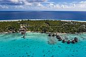 Luftaufnahme von Überwasserbungalows am Hotel Kia Ora Resort & Spa, Insel Avatoru, Rangiroa-Atoll, Tuamotu-Inseln, Französisch-Polynesien, Südpazifik