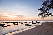 Silhouette von Felsen und Fischerbooten am Ong Lang Beach bei Sonnenuntergang, Ong Lang, Insel Phu Quoc, Kien Giang, Vietnam, Asien