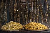 Seidenkokons in einer Seidenfabrik, Insel Oknha Tey, Fluss Mekong, nahe Phnom Penh, Kambodscha, Asien