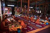 Buddhistische Mönche vom Vipassana Dhura Mandala Meditation Center essen zu Mittag in der Udong Pagode, Oudong (Udong), Kampong Speu, Kambodscha, Asien
