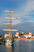Sailing ship at the pier of the pier in front of the Kurhaus, Binz, Ruegen, Baltic Sea, Mecklenburg-Western Pomerania, Germany