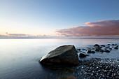Findling am Strand, Kreidefelsen, Kreideküste, Nationalpark Jasmund, Rügen, Ostsee, Mecklenburg-Vorpommern, Deutschland