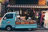 Ladenfront für Textilien in Kyoto mit einem kleinen Lieferwagen, Japan, Asien