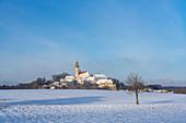 Kloster Andechs in verschneiter Winterlandschaft, Andechs, Bayern, Deutschland.