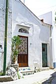 Dorfstraße mit weißen Häusern in Anacapri, Capri, Italien