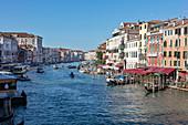 Gondeln im Canal Grande von der Rialto Brücke in Venedig, Venetien, Italien