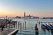 Gondel mit San Giorgio im Hintergrund morgens in Venedig, Venetien, Italien