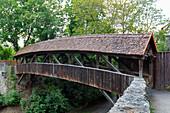 Holzbrücke über den Befestigungsgraben der Spitalbastei von Rothenburg ob der Tauber, Mittelfranken, Bayern, Deutschland
