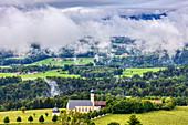 Wallfahrtskirche Wilparting St.Marinus unterm Nebel vom Irschenberg, Bayern, Deutschland
