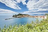 Bucht der Stille und türkisfarbener Meerblick von den Hügeln, Sestri Levante, Provinz Genua, Ligurien, Italien