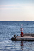 Fischer am Ende von Steg, Rab, Primorje-Gorski Kotar, Kroatien, Europa