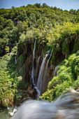 Wasserfälle und Wald, Nationalpark Plitvicer Seen, Lika-Senj, Kroatien, Europa