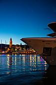 Bug von Kreuzfahrtschiff mit Hafen und Stadt in der Abenddämmerung, Split, Split-Dalmatien, Kroatien, Europa