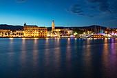 Hafen und Stadt in der Abenddämmerung, Split, Split-Dalmatien, Kroatien, Europa