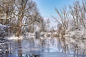 Wintermorgen am Altwasser der Ammer in der Nähe von Weilheim, Oberbayern, Deutschland, Europa