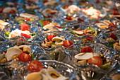 Salate in Glasschalen an Bord eines Flusskreuzfahrtschiffs während einer Kreuzfahrt auf dem Rhein, nahe Assmannshausen, Hessen, Deutschland, Europa