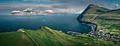Dorf Gjogv auf Eysteroy mit Schlucht, Meer und Bergen, Färöer Inseln\n