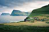 Dorf Trøllanes auf der Insel Kalsoy, Färöer Inseln\n