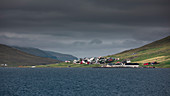 Dorf mit bunten Häusern auf den Färöer Inseln\n