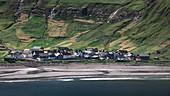 Dorf Tjørnuvík auf Streymoy mit Sandstrand auf Färöer Inseln bei Tag\n