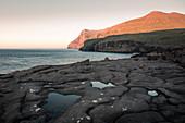 Sonnenaufgang an der Küste von Eidi, Eysturoy, Färöer Inseln