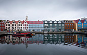 Bunte Häuser am Hafen der Hauptstadt Torshavn, Färöer Inseln
