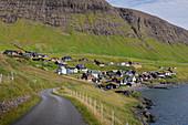 Straße beim Dorf Bour auf Vagar, Färöer Inseln\n