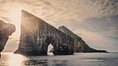 Felsformationen von Drangarnier auf Vagar, Färöer Inseln\n