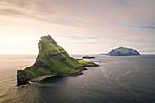 Insel Tindholmur und Mykines bei Sonnenuntergang, Färöer Inseln\n
