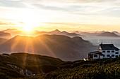 Sonnenuntergang am Stöhrhaus mit Blick über das Lattengebirge und die Chiemgauer Alpen, Untersberg, Berchtesgadener Alpen, Bayern, Deutschland