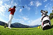 Golfsport im Kaiserwinkl mit Blick zum Kaisergebirge, Reit im Winkl, Bayern, Deutschland