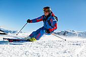 Skifahrer beim Carven in den Chiemgauer Alpen, Winter in Bayern, Deutschland