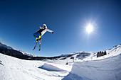 Skifahrer im Sprung, Winter in Reit im Winkl, Bayern, Deutschland