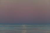 Reflektion von Mondlicht auf dem Meer am frühen Morgen, bei Grimsholmen, Halland, Schweden