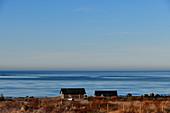 Fischerhütten am Meeresufer im frühen Morgenlicht, Grimsholmen, Halland, Schweden