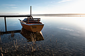 View of a jetty with a boat, in the background the Alps, Ammersee, Fünfseenland, Upper Bavaria, Bavaria, Germany, Europe