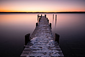View of a jetty on Ammersee, Im Hindergrud Schondorf, Fünfseenland, Upper Bavaria, Bavaria, Germany, Europe