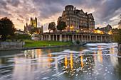 Ein Blick in die Dämmerung entlang des Flusses Avon mit Bath Abbey im Herzen von Bath, UNESCO-Weltkulturerbe, Somerset, England, Großbritannien, Europa