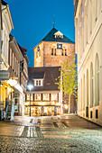 Abendstimmung in der historischen Altstadt von Stade mit St. Wilhadi Kirche, Niedersachsen, Deutschland