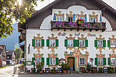 Historischer Gasthof mit Lüftlmalerei in Unterammergau, Oberbayern, Allgäu, Bayern, Deutschland
