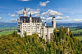 Schloss Neuschwanstein oberhalb von Hohenschwangau bei Füssen, Allgäu, Bayern, Deutschland