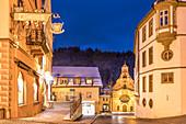 Heilig-Geist-Spitalkirche in der Altstadt von Füssen am Abend, Allgäu, Bayern, Deutschland
