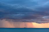 Regenschauer und dunkle Wolken über dem Meer, Darwin, Northern Territory, Australien