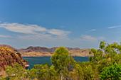 Lake Argyle mit Bergen und Gumtrees, Western Australia, Australien