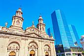 Kathedrale von Santiago neben modernem Gebäude der Innenstadt, Santiago de Chile, Chile, Südamerika