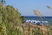 Chalikounas Strand zieht sich zwischen Meer und dem Vogelparadies Korission-See, Insel Korfu,Ionische Inseln, Griechenland